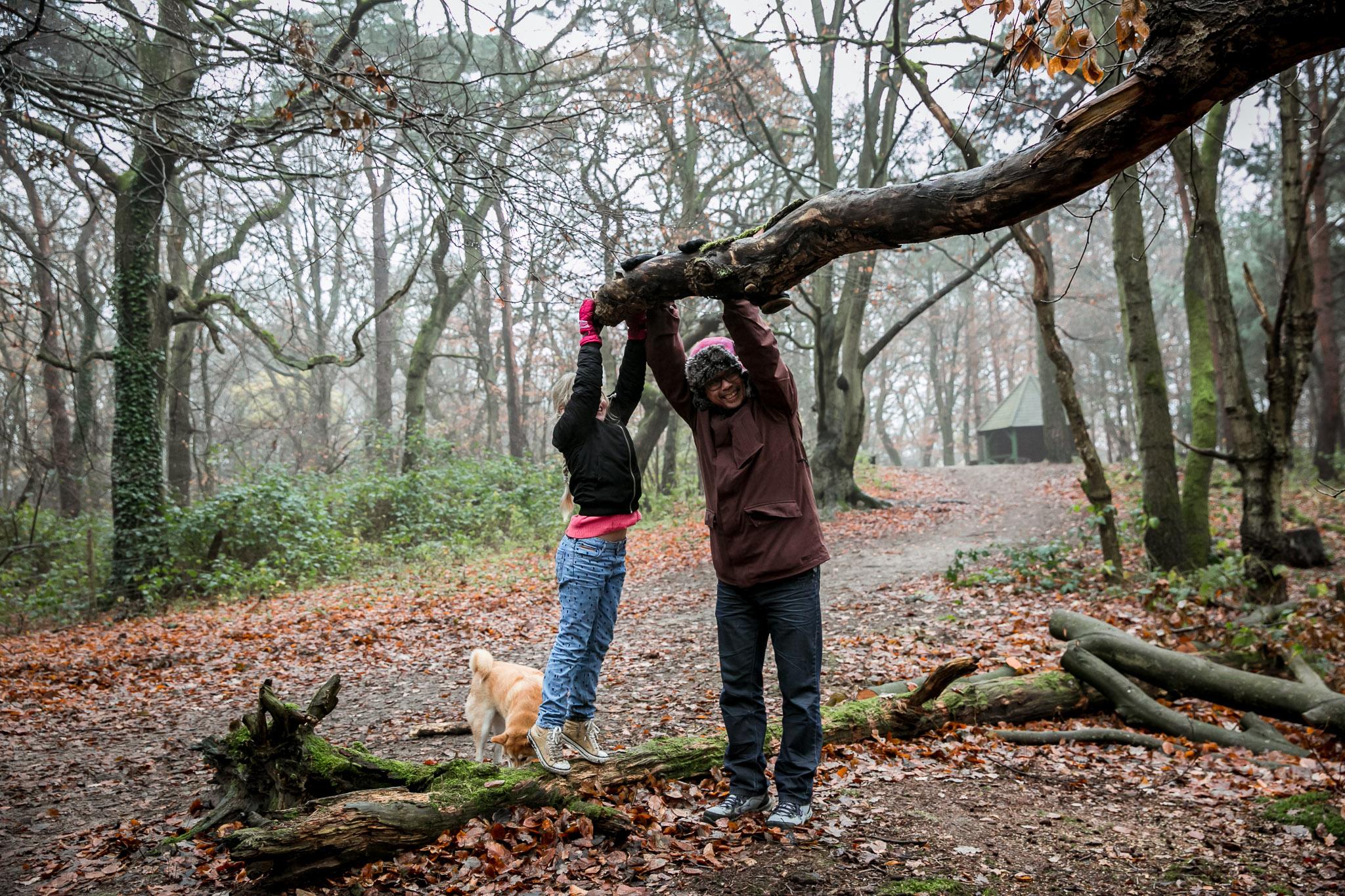 Spelen in het bos tijdens een Day in the Life fotoshoot