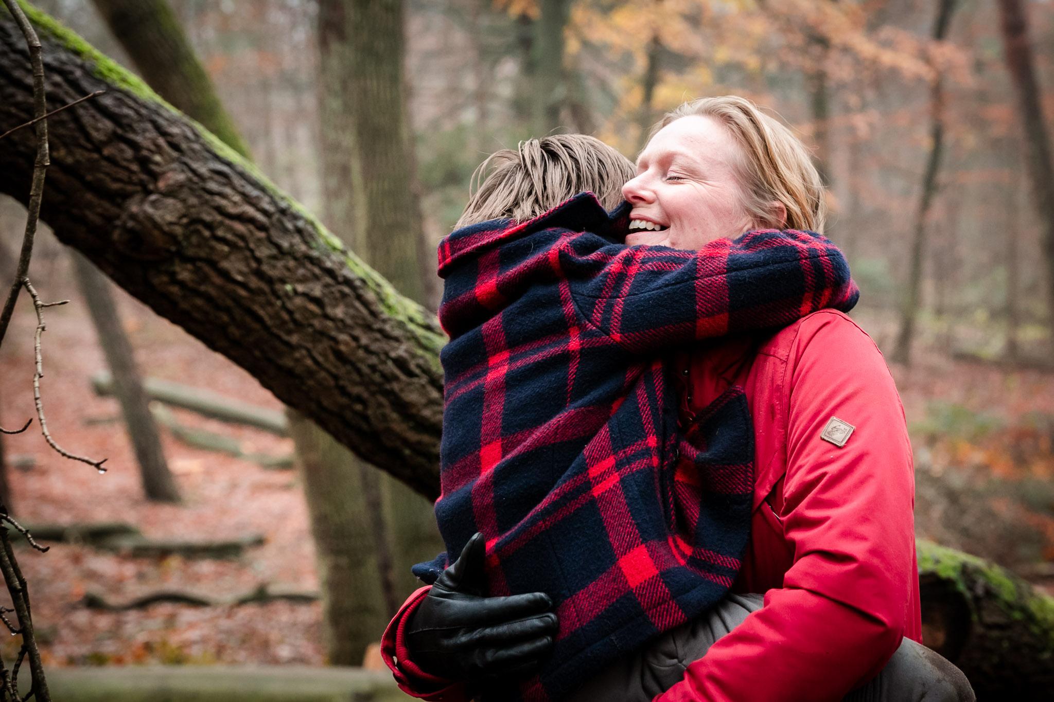 Intiem moment tussen moeder en zoon vastgelegd door Sandrinos Fotografie uit Purmerend