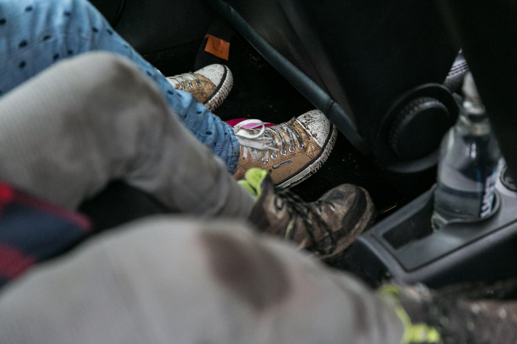 Met vieze schoenen naar huis na wandeling in het bos
