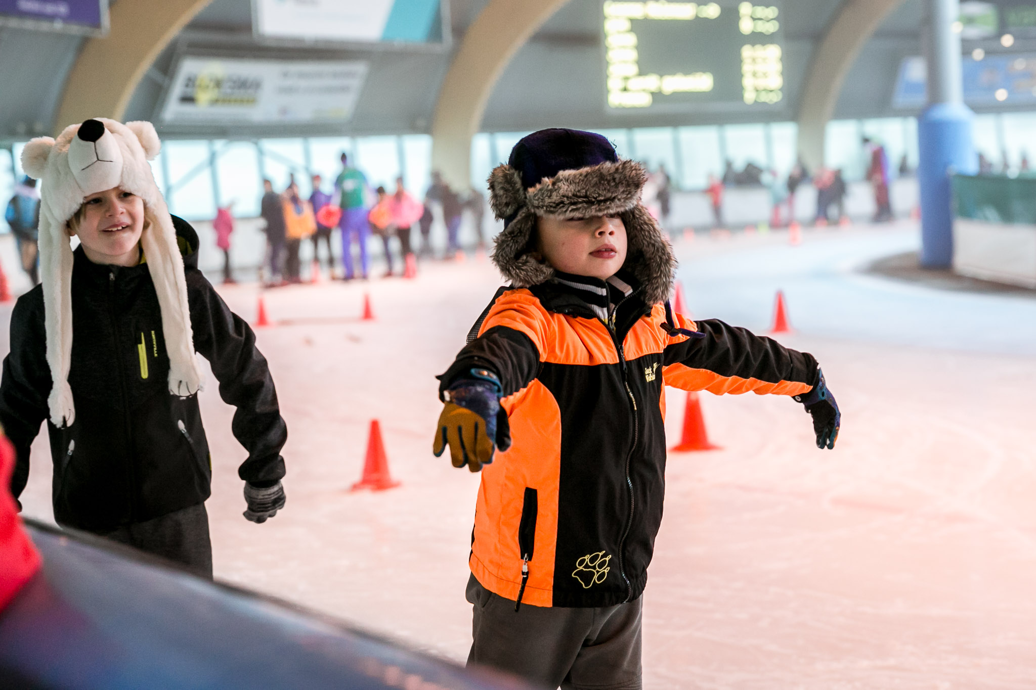 Jongetje gaat schaatsen tijdens een Day in the Life reportage