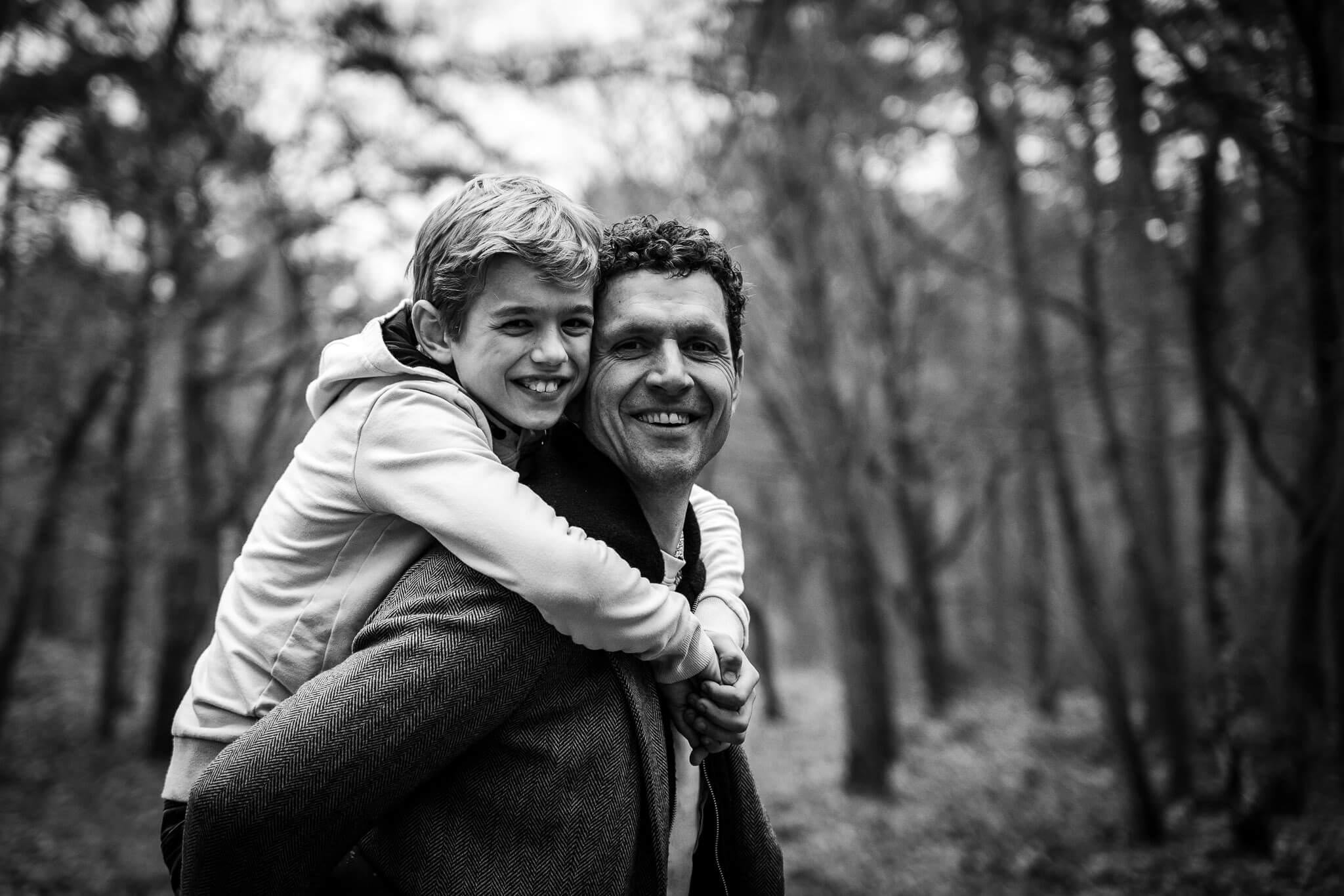Vader en zoon op de foto vastgelegd door Sandrinos Fotografie