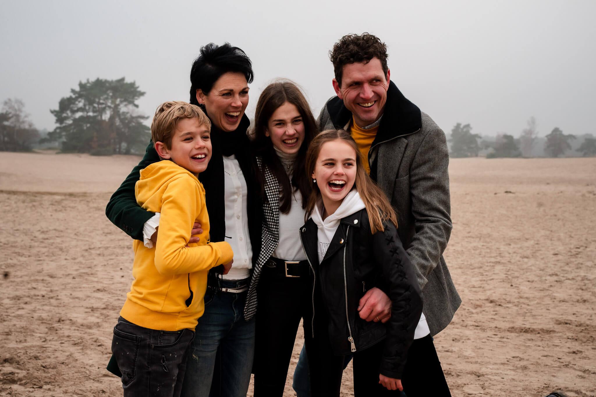 Met het gezin op de foto in de winter tijdens een familiereportage in de Soesterduinen