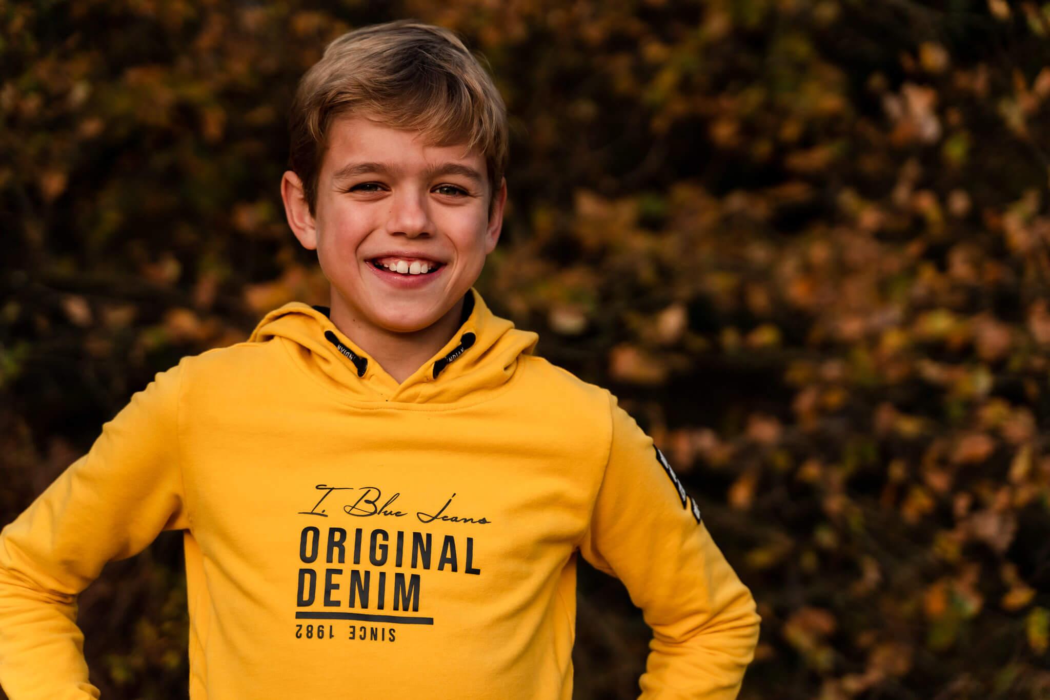 Een portret van een tienerjongen op locatie tijdens een familiefotoshoot