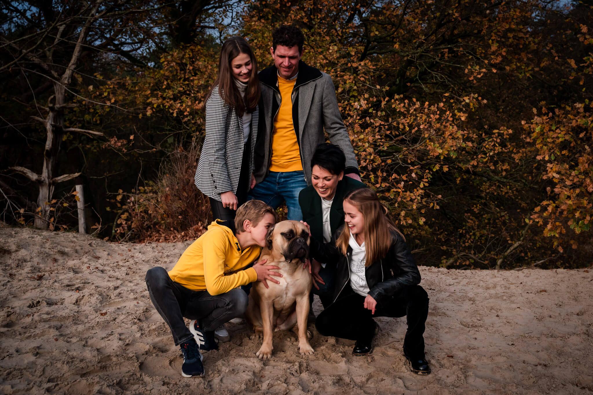 De complete familie tijdens de familiereportage met hond in de Soesterduinen