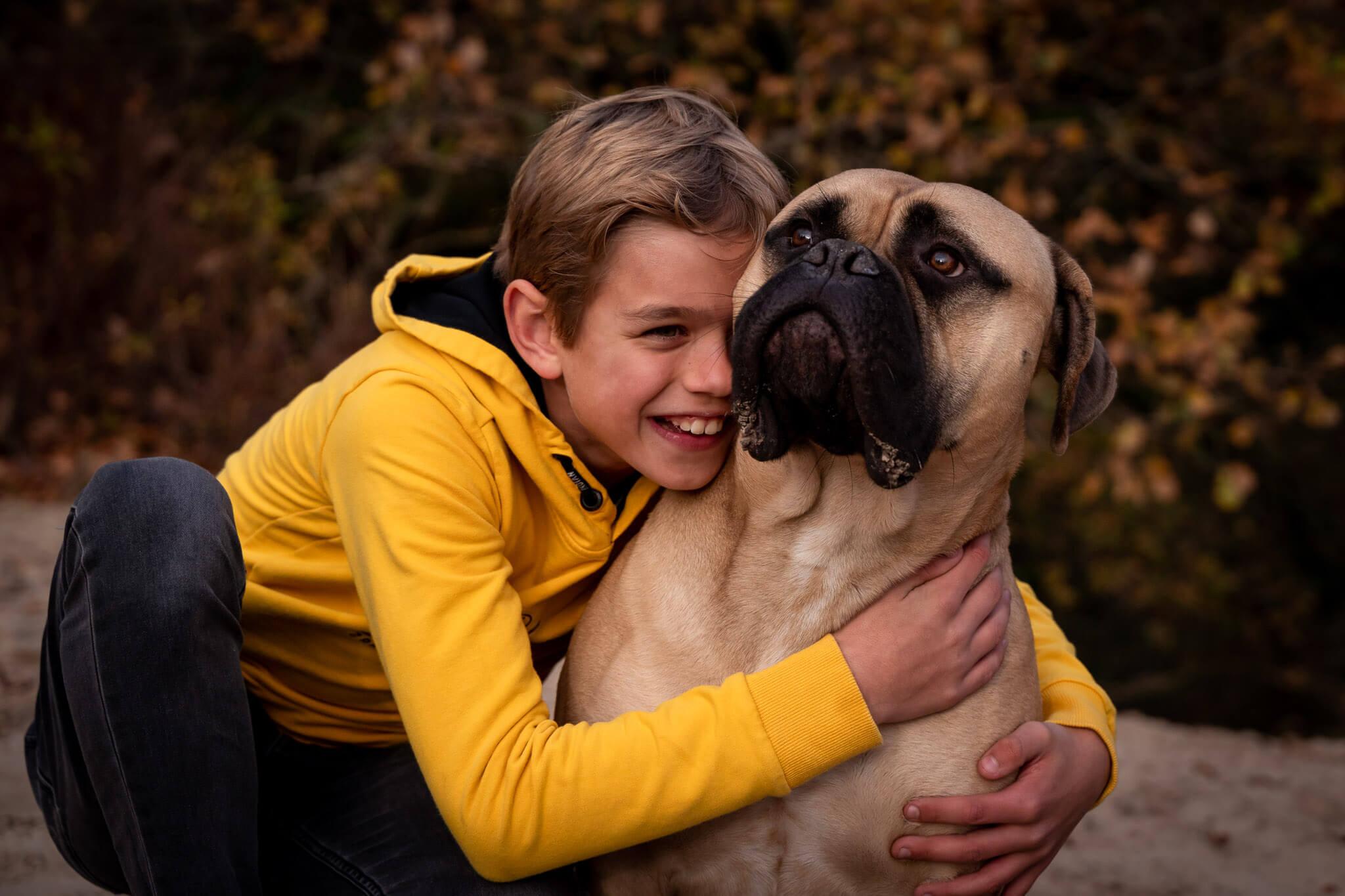 De liefde tussen de zoon en de hond vastgelegd door Sandrinos Fotografie