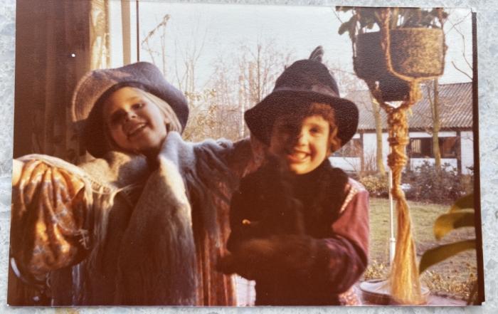 Een foto van mijn schoolvriendin en ik als kleine kinderen die zich aan het verkleden waren